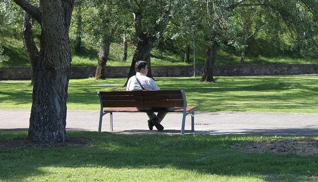 Un hombre sentado en la Vuelta del Castillo.