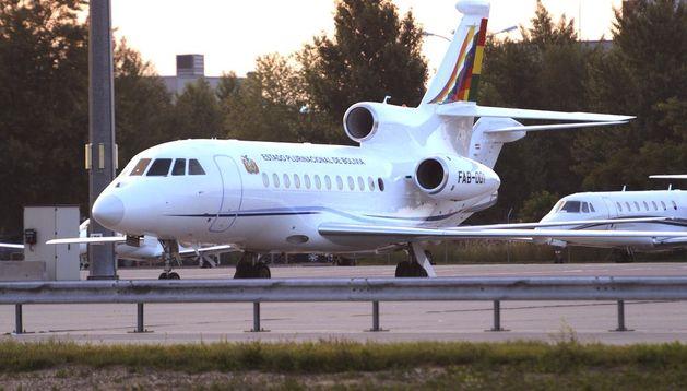 Vista del avión presidencial boliviano Falcon 900 EX en una de las pistas del aeropuerto de Viena (Austria).