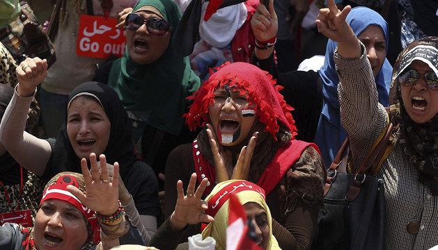 Varias mujeres egipcias gritan contra el presidente  Mursi para pedir su dimisión, en la plaza Tahrir de El Cairo.