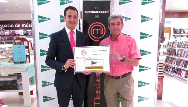 José Luis Asín recibe el premio de manos de Roberto Sanz