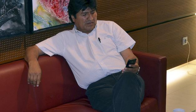 El presidente de Bolivia, Evo Morales, espera en el aeropuerto de Viena a la salida de su avión.