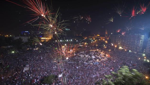 Cientos de egipcios opositores del presidente Mohamed Mursi celebran el golpe de estado.