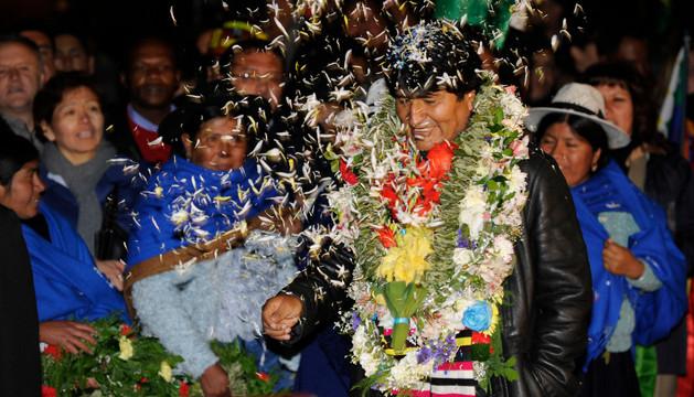El presidente de Bolivia, Evo Morales, es recibido con flores a su llegada a Bolivia.