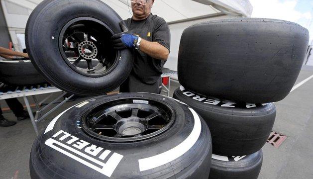 Un mecánico de Pirelli amontona neumáticos en el parque del circuito de carreras de Nurburgring (Alemania), hoy, jueves 4 de julio de 2013. El Gran Premio de Alemania de Fórmula Uno se disputará el próximo día 7