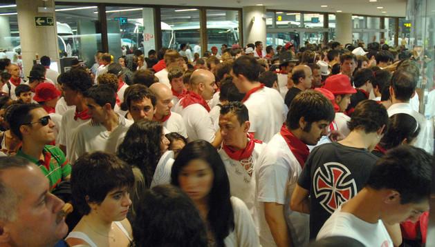 Aglomeración de viajeros en la Estación de Autobuses de Pamplona.