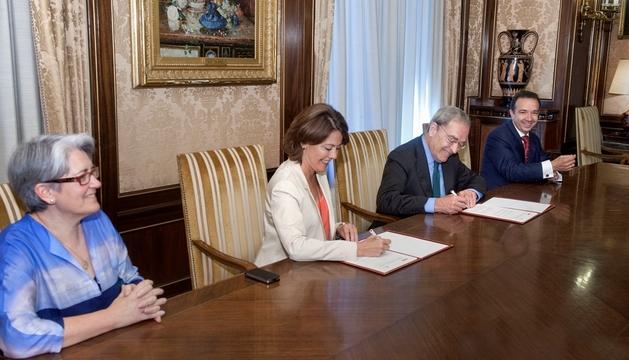 Yolanda Barcina y Jaime Lanaspa firman el convenio, en presencia de la vicepresidenta Goicoechea y de Raúl Marqueta.