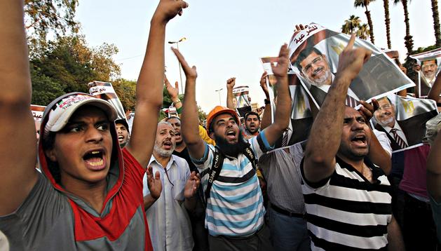 Seguidores del depuesto presidente egipcio Mohamed Mursi protestan cerca de la universidad de El Cairo, Egipto