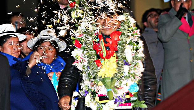 El presidente de Bolivia, Evo Morales (centro), es recibido por representantes de movimientos sociales y sindicales tras su aterrizaje en La Paz