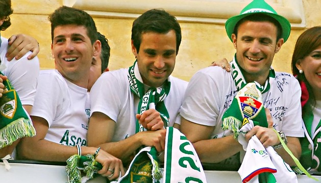 El navarro Javier Flaño, en el balcón del Ayuntamiento de Elche celebrando el ascenso a Primera División