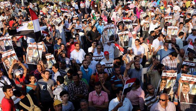 Un grupo de simpatizantes del depuesto presidente egipcio Mohamed Mursi protestan.