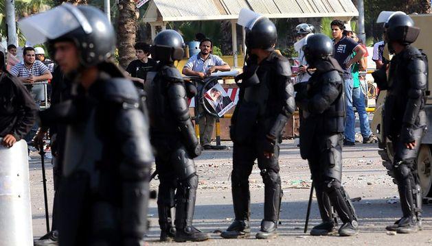 Soldados egipcios hacen guardia en la zona de las protestas de los simpatizantes de Mursi.