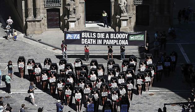 Medio centenar de activistas antitaurinos ha llevado a cabo un acto de protesta en la Plaza del Ayuntamiento de Pamplona.