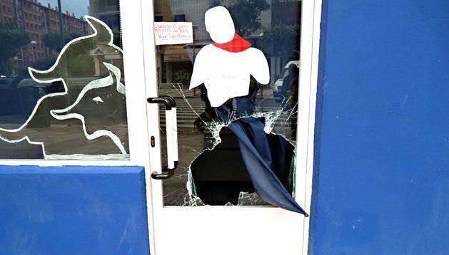 El establecimiento comercial del barrio de San Juan presentaba una fractura en el cristal de acceso.