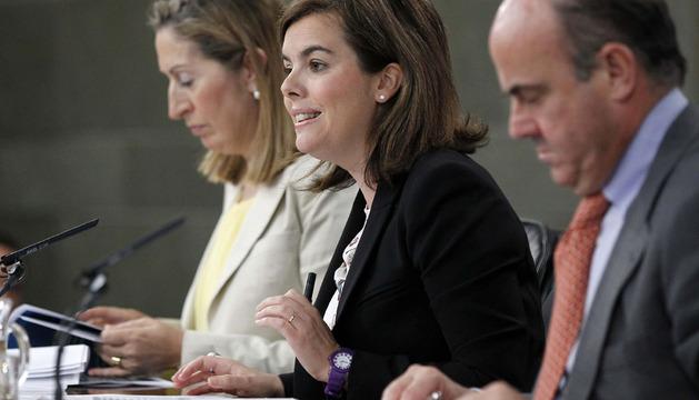 La vicepresidenta, Soraya Sáenz de Santamaría (c); la ministra de Fomento, Ana Pastor, y el ministro de Economía, Luis de Guindos