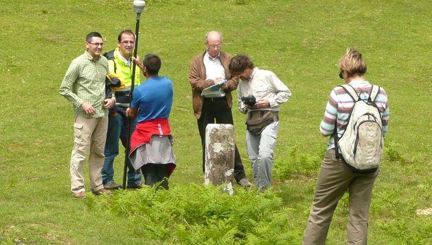 Topógrafos y cartógrafos observan uno de los mojones.