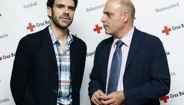 El torero José Tomás (i) junto al presidente Autonómico de Cruz Roja Española, Jesús Mora Márquez.