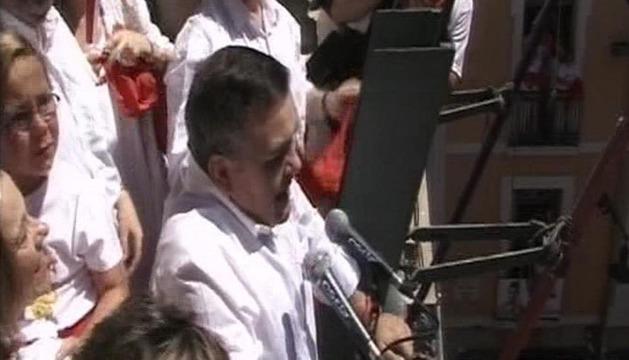 El concejal del PSN, Eduardo Vall, lanzando el Chupinazo