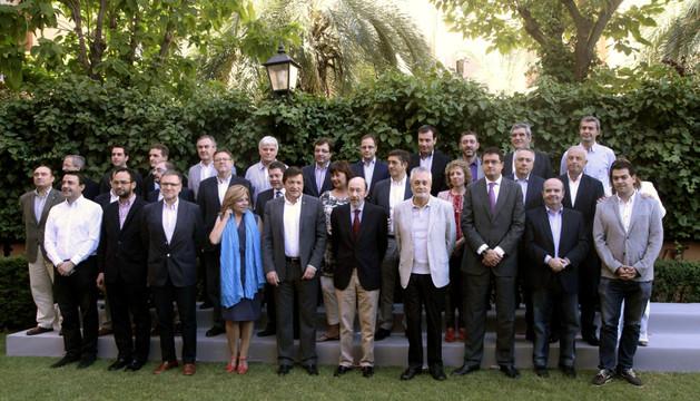 El líder del PSOE, Alfredo Pérez Rubalcaba (c), posa en la foto de familia momentos antes del inicio de la reunión del Consejo Territorial con los