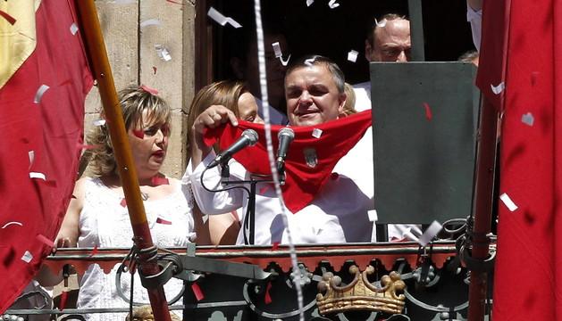 El concejal del PSN, Eduardo Vall (c), junto a la trabajadora de la ONCE, Ana Irene Rodeles (i), en el balcón del Ayuntamiento de Pamplona donde han lanzado el tradicional