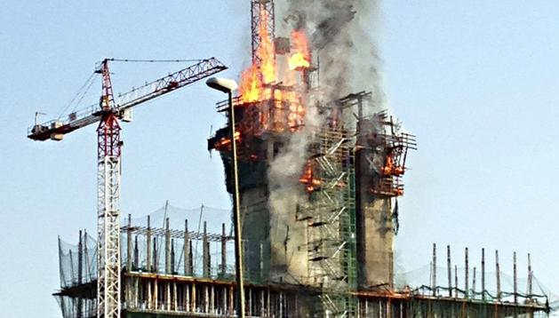 Un aparatoso incendio se ha declarado esta tarde en un edifico en obras próximo a una gasolinera y a un conocido centro comercial de las Tablas (Madrid)