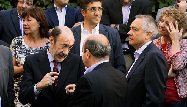 El líder del PSOE, Alfredo Pérez Rubalcaba, momentos antes de posar en la foto de familia al inicio deal inicio de la reunión del Consejo Territorial con los