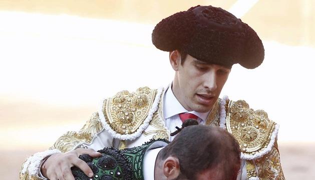 El torero López Simón (d) atiende a uno de sus subalternos tras un percance con el tercero de la tarde en su par de banderillas