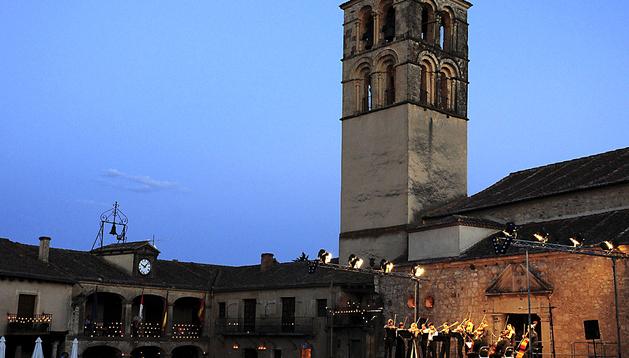 La noche cae sobre la villa medieval de Pedraza que, otro año más, volvió a convertirse en inmemoria