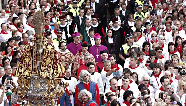 La imagen de San Fermín ha recibido este domingo su tradicional baño de cariño el día de su festividad.