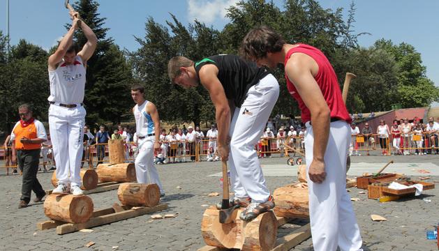 Exhibición de deporte rural en la plaza de los Fueros