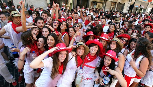 Jóvenes disfrutan del ambiente en la calle tras el chupinazo de las fiestas de Tudela de 2012.