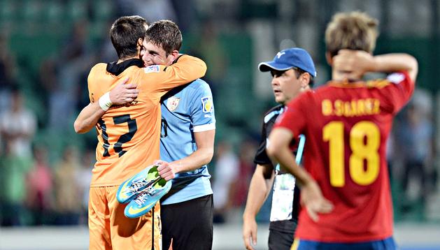 El meta uruguayo, Guillermo de AMores, se abraza a su compañero Felipe Avenatti tras lograr el pase