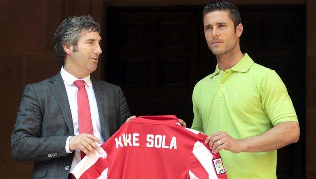 Josu Urrutia, presidente del Athletic, junto a Kike Sola