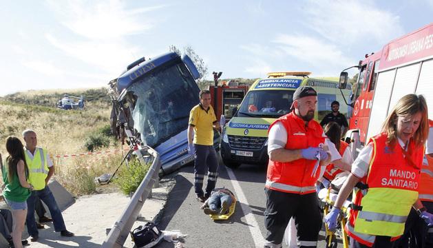 El personal sanitario de los servicios de emergencias atiende a los heridos.