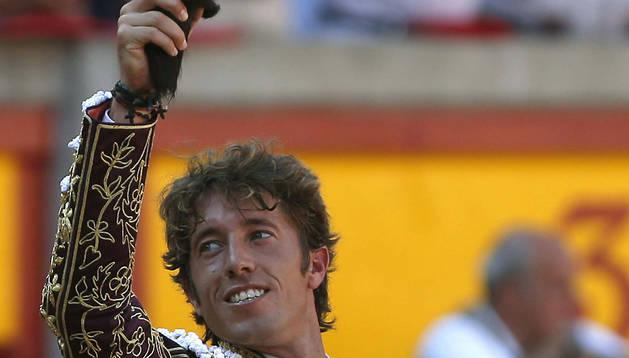 El torero sevillano Manuel Escribano con la oreja que ha cortado a su primer toro.