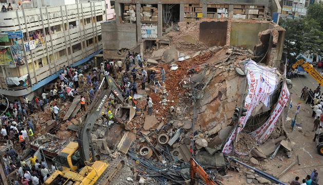 Trabajos de rescate entre los escombros del hotel.