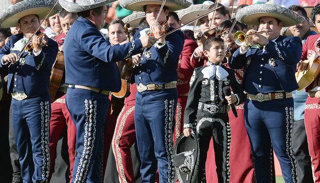 Grupo mariachi de Los Camperos en el césped del Rose Bowl, de Pasadena (California).