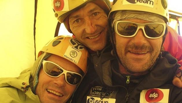 Alberto Iñurrategui, Mikel Zabalza y Juan Vallejo en el Paiju Peak