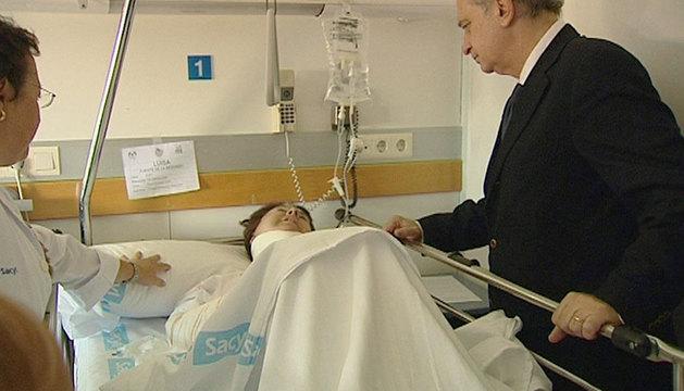 Jorge Fernández Díaz visita a una de las heridas.