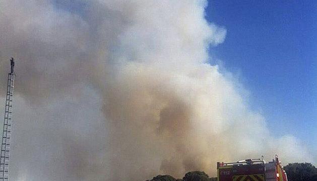 Un helicóptero, en la zona afectada por el incendio.