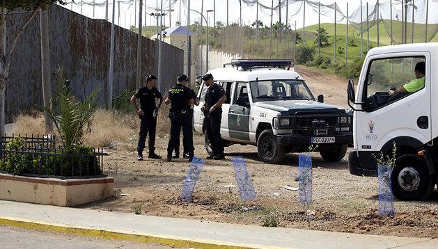 Varios agentes de la Guardia Civil en las inmediaciones del Campo de Golf de Melilla después de que este martes varias decenas de inmigrantes consiguieran entrar en la ciudad.