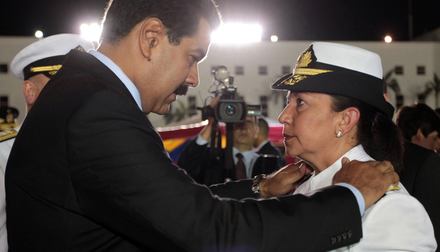 El presidente de Venezuela, Maduro, habla con la ministra de Defensa, Carmen Melendez.