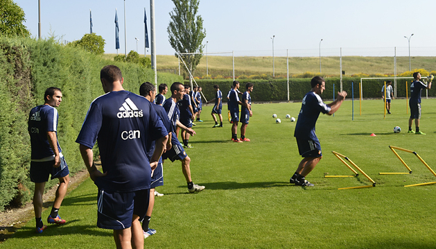 Armenteros (izda.), De las Cuevas, Puñal y Marc Bertrán realizan ejercicios en Tajonar