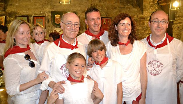 El doctor Manuel Martínez Grande junto a su familia en la sociedad gastronómica Napardi.
