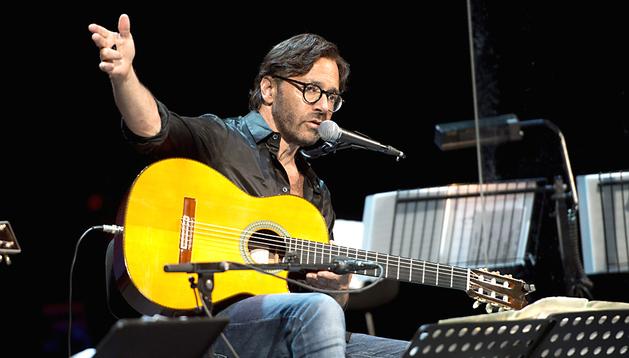 El guitarrista estadounidense Al Di Meola rindió tributo a Los Beatles en clave de jazz durante el concierto ofrecido en el Gran Teatro de Córdoba