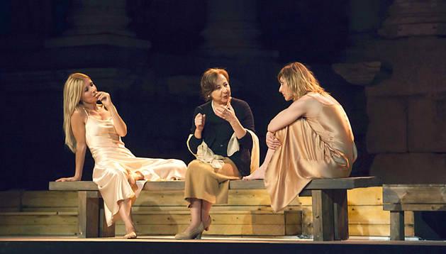 Las actrices Carmen Machi (c), Nathalie Poza (d) y Cayetana Guillén Cuervo, durante el ensayo de