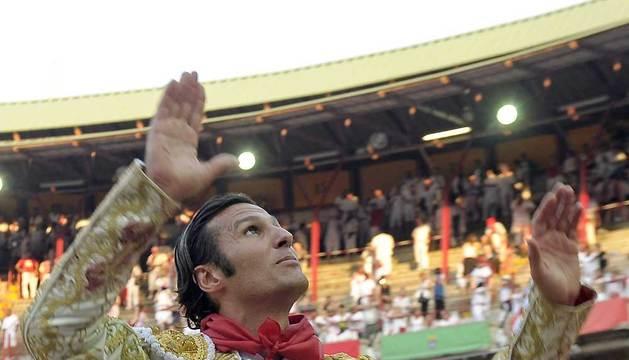 El diestro madrileño David Mora sale a hombros de la Plaza de toros de Pamplona tras cortar dos orejas.