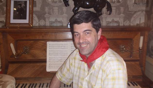 Fernando Hualde, en el hotel La Perla, junto al piano de Pablo Sarasate.