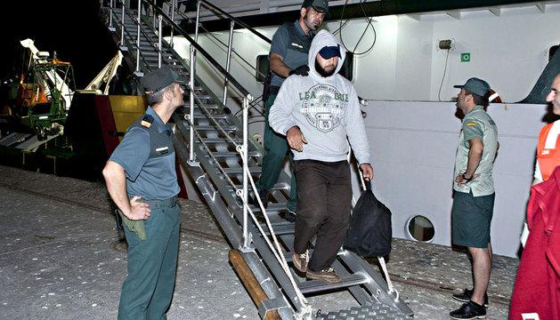 Llegada al puerto de Motril, en Granada, de los 28 inmigrantes magrebíes, todos ellos varones y mayores de edad.