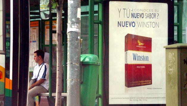 Una marquesina de Pamplona con publicidad de tabaco en el año 2003