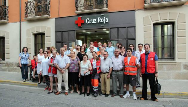 Voluntarios, usuarios, autoridades y demás asistentes al acto celebrado posaron en la nueva entrada de la sede de Cruz Roja Tudela.